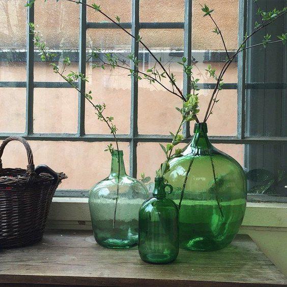 3 Dames Jeanne vertes utilisées comme vases