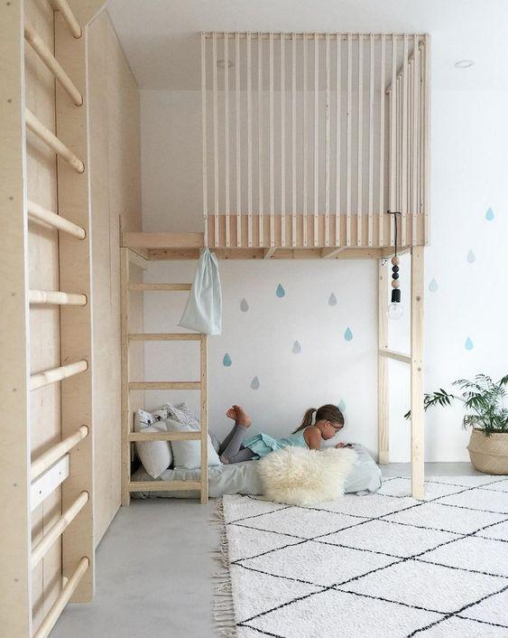 Une jolie cabane pour enfants faite avec des tasseaux de bois clair