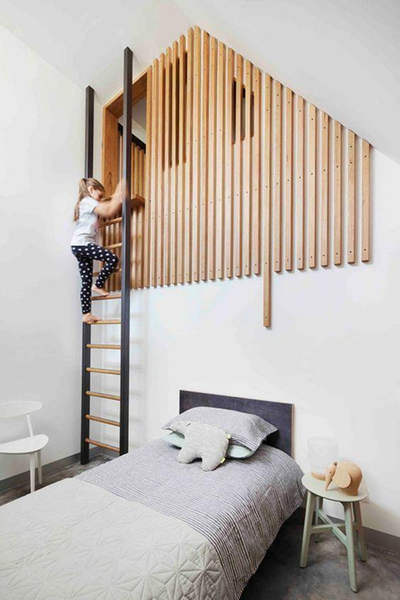 Mi-mezzanine, mi-cabane, une cabane réussie en tasseaux de bois